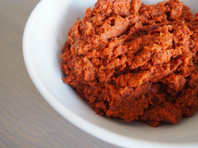 pasta z suszonych pomidorów i fasoli - wegańskie śniadania