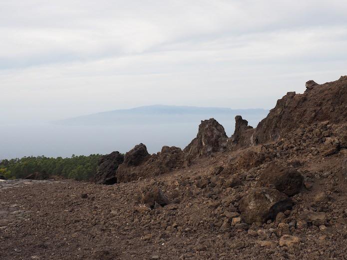 Widok na sąsiednią wyspę, La Gomerę, która jak gdyby unosi się w powietrzu.