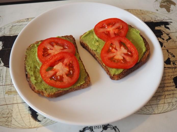 kanapki z awokado i pomidorem - jak wykorzystac awokado