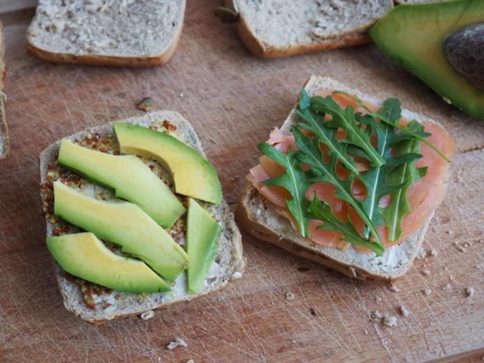 kanapki z awokado i łososiem –jak wykorzystać awokado