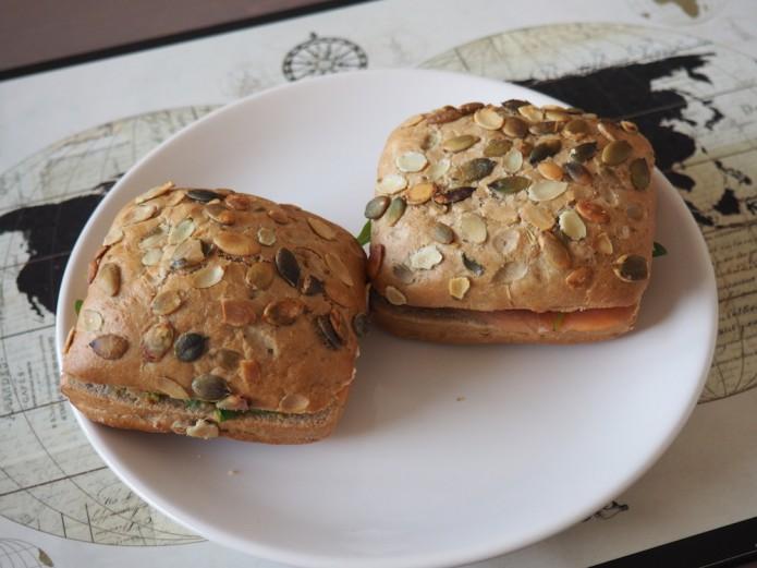 kanapki z awokado i łososiem – jak wykorzystać awokado