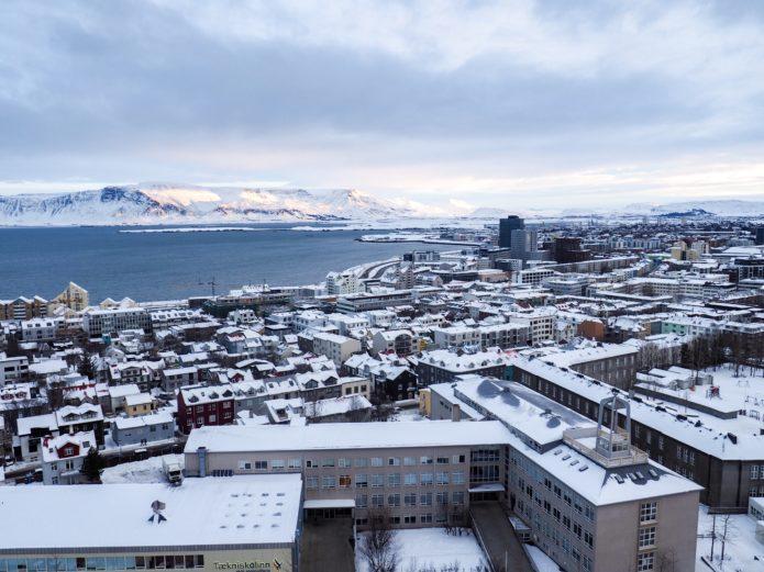 widok na reykjavik zima